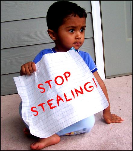 """""""도둑질은 그만!"""" (출처: Nisha A, CC BY https://flic.kr/p/Fk71R)"""