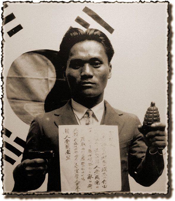 양 손에 폭탄을 들고 태극기 앞에서 절명사를 가슴에 붙인 채 촬영한 윤봉길 (1932)