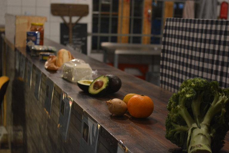 베를린에서 진행했던 [밥 먹고 가세요] 프로젝트 참가자들이 가져온 다양한 음식재료 모습 (사진 제공: 박혜민)