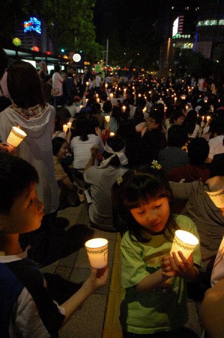 """2008년 5월 3일 청계 광장 촛불 집회 (출처: 샛길(Set-gil), """"너무나 뜨거운 광우병 쇠고기 수입 반대 촛불집회 열기"""", CC BY SA 2.0, 위키미디어 공용) http://byway69.tistory.com/113"""