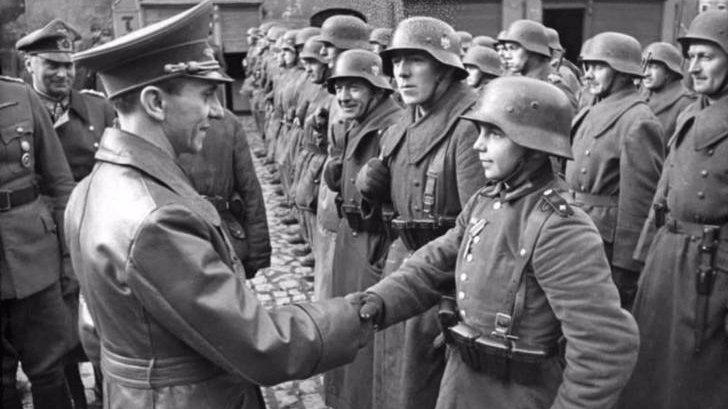 괴벨스(좌)에게 훈장을 받은 16세 소년 빌헬름 휴프너(우)