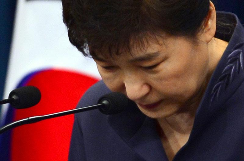 """박근혜는 두 번째 대국민담화에서 """"검찰 수사에 성실히 응하겠다""""고 말했지만, 결국 오늘(18일)까지로 예정됐던 검찰 소환을 사실상 거부했다."""