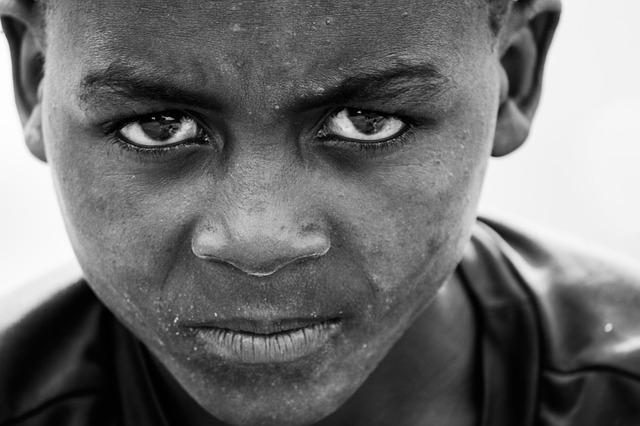 아프리카 소년 분노 남자 좌절 화 앨그리
