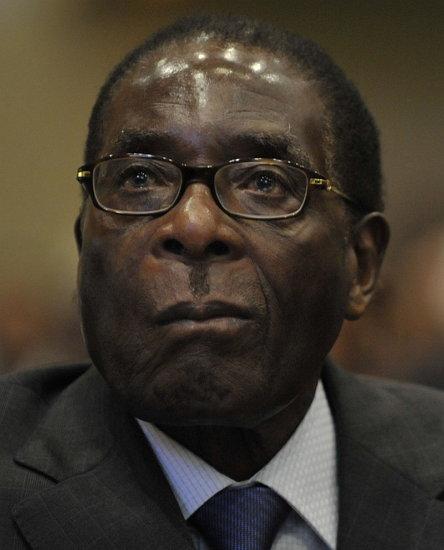 딕셔너리닷컴이 '스트롱맨'의 사례로 든, 짐바브웨를 30년 넘게 철권 통치 중인 로버트 무가베(2008년 모습)
