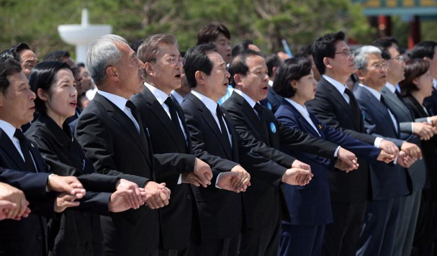 '임을 위한 행진곡'을 제창하는 문재인 대통령과 참석자들. (출처: 청와대)