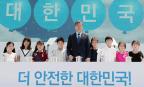 문재인의 탈원전 '공론화' vs. 제주 해군기지 '날치기'