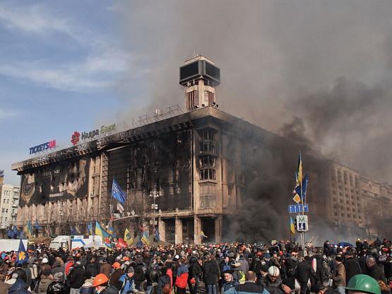 2014년 2월 19일, 타고 남아버린 무역 연합 빌딩의 잔해 (출처: Amakuha, CC BY SA 3.0) https://commons.wikimedia.org/wiki/User:Amakuha