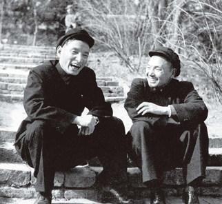 천윈과 덩샤오핑 (1952, 출처 미상)