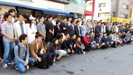 2012년 당시 서울 송파구 신천역에 있던 MBC 아카데미(별칭 '신천교육대')에 입소한 파업 참가자 100여명이 모여 기념 촬영을 하는 모습. (출처: MBC 노조)
