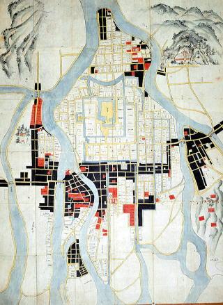 '조카마치'는 일본에서 센고쿠 시대 이래로 영주의 거점인 성을 중심으로 형성된 도시로, 성의 방위시설이자 행정도시, 상업도시 역할을 했다. '성 아래에 있는 마을'이란 뜻.