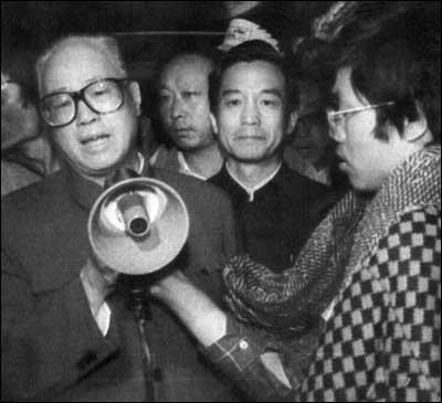 천안문 무력 진압 직전인 1989년 5월 19일 확성기를 들고 시위대의 해산을 호소하는 자오쯔양과 금방이라도 울 것 같은 굳은 얼굴로 서 있는 원자바오.