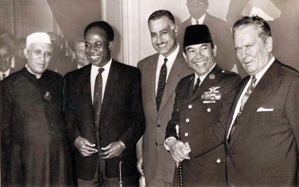 1955년 4월 반둥회의. 자와할랄 네루(인도), 크와메 은크루마(가나), 가말 압둘 나세르(이집트), 수카르노(인도네시아), 요시프 티토(유고슬라비아) (왼쪽부터)