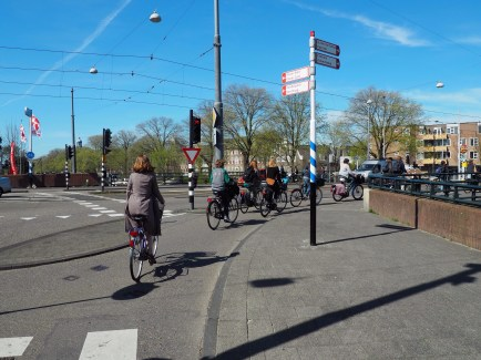 A dutch protected intersection allows people to turn right without ever mixing with traffic