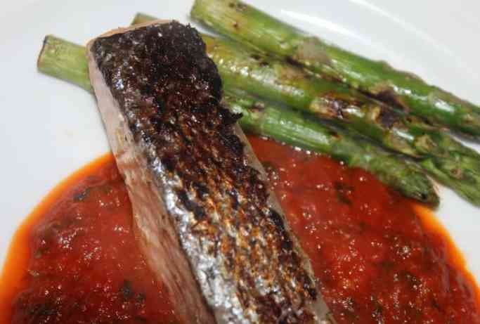 Baked salmon on top of a puree served with asparagus