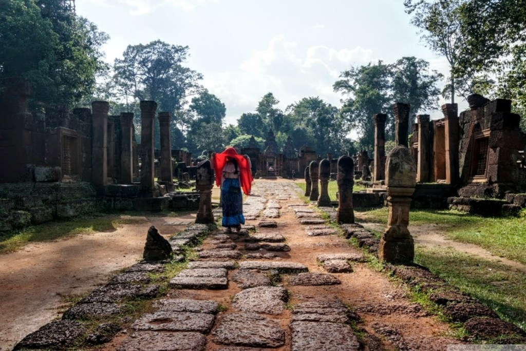 Path to the entrance of Banteay Srei temple