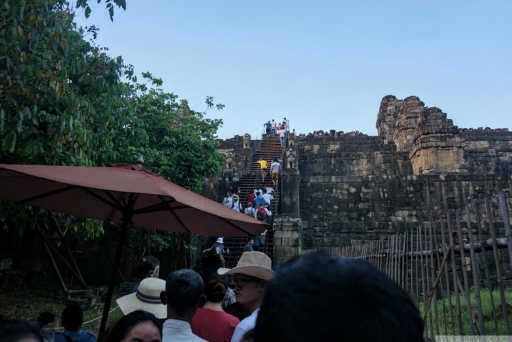 The line to go to the Phnom Bakheng temple for sunset