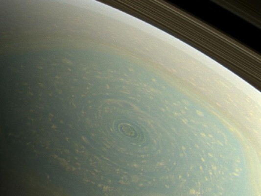 Cassini - Saturn Spring at North Pole_800-600