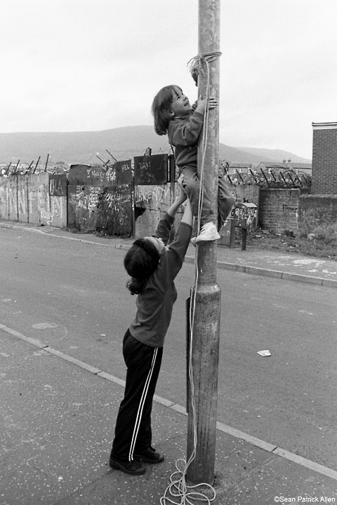 kids putting up lampost swing