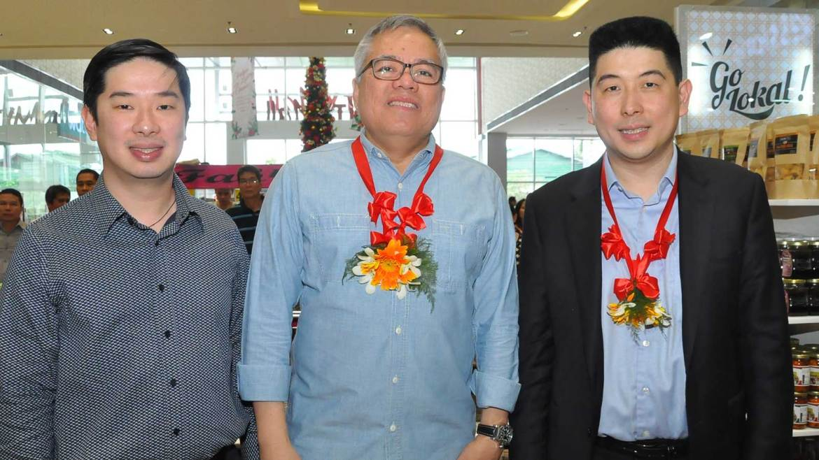 "(L-R) Edgar ""Injap"" Sia, DoubleDragon chairman; Ramon Lopez, DTI secretary; and Ferdinand Sia, DoubleDragon president at Go Lokal! launch in CityMall-Anabu and CityMalls nationwide"