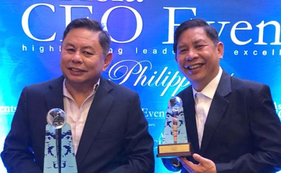 Dioceldo Sy receives an award