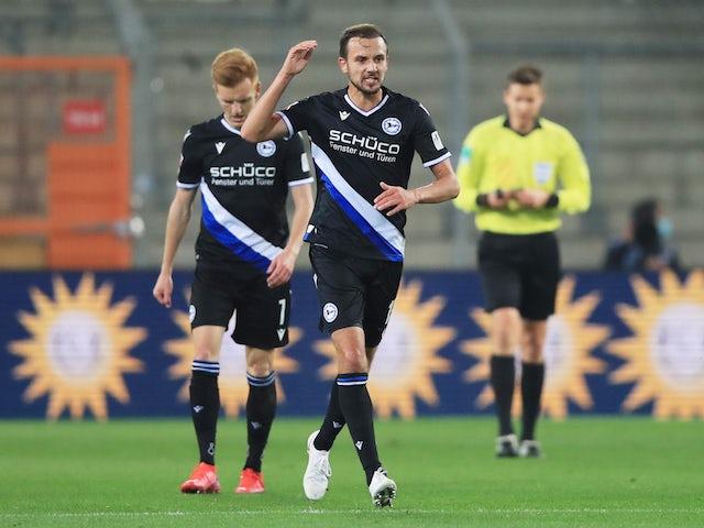 Мануэль Приетль из команды Арминии Билефельд празднует свой первый гол в ворота мюнхенской Баварии в октябре 2020 года