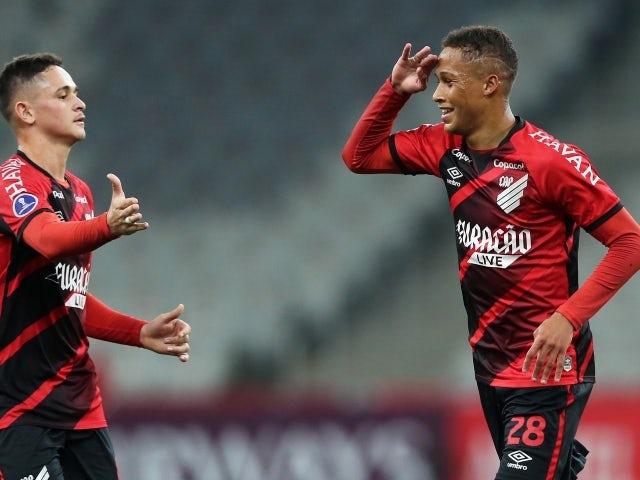 يحتفل فيتينو لاعب أتليتيكو باراناينسي بتسجيل هدفه الثالث في 28 مايو 2021