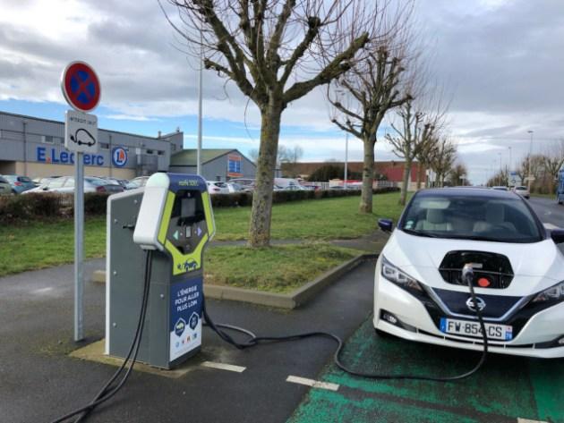 Nissan Leaf 62 kWh en charge sur une borne 50kW à Falaise