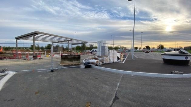 Site de construction d'une nouvelle station de recharge sur autoroute en France