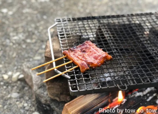 直火で焚き火 鰻