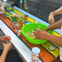Atelier Bôco Lôco : mettre les fruits et légumes invendus en bocal