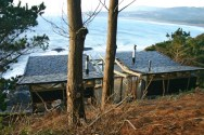 This modest cabin has a dramatic clifftop setting. The cabin has 1 bedroom in 592 sq ft. | www.facebook.com/SmallHouseBliss
