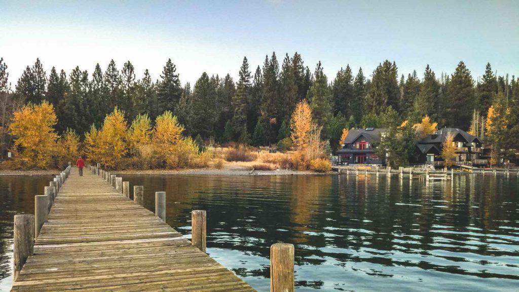 Emerald Bay sul lago Tahoe molo sul lago alberi colori autunnali
