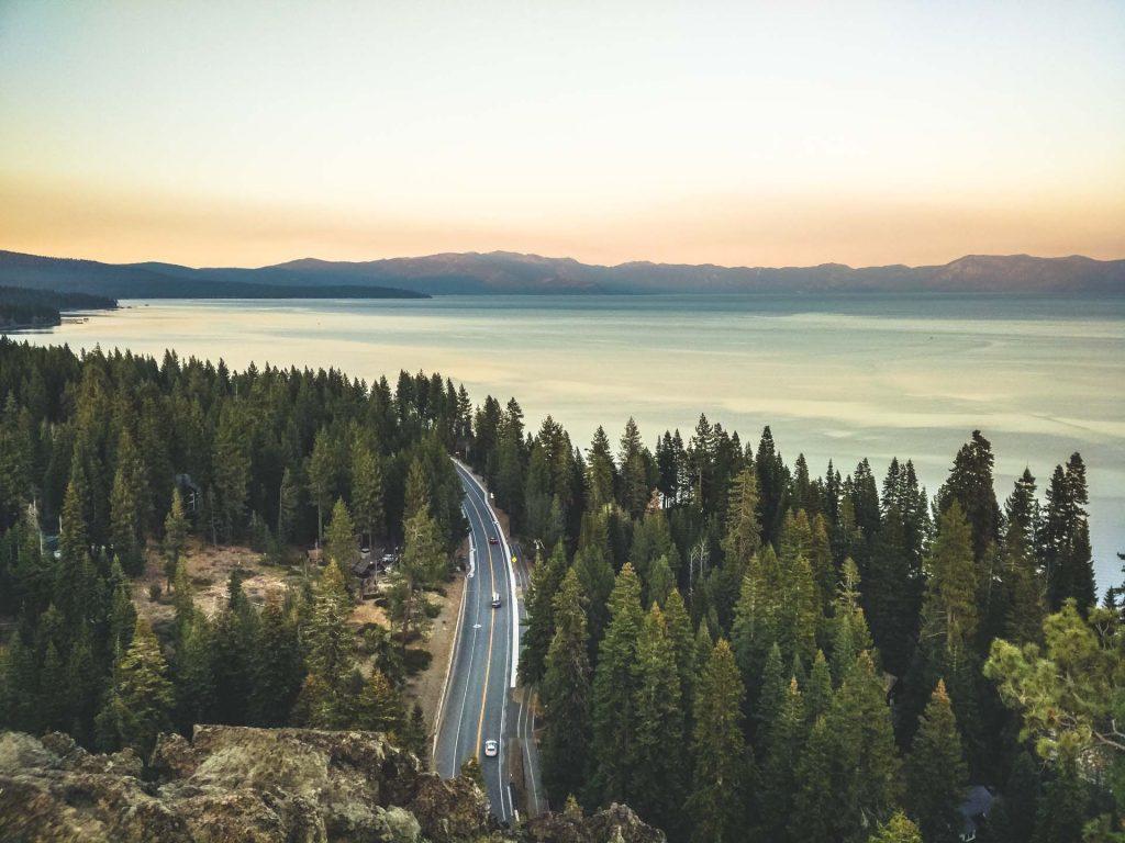 Vista lago tahoe dall'alto al tramonto