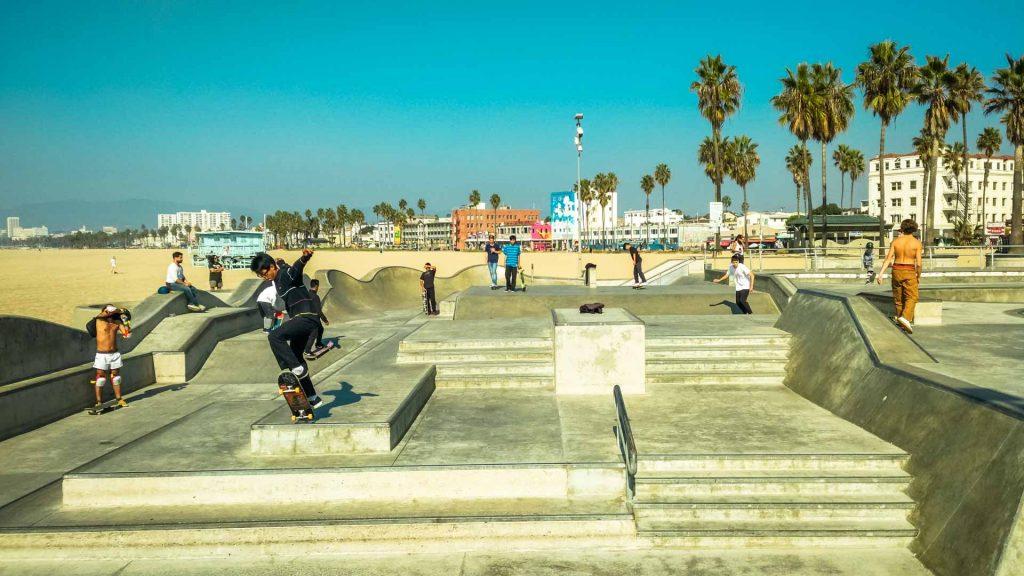 skate park ragazzo fa trick con lo skate