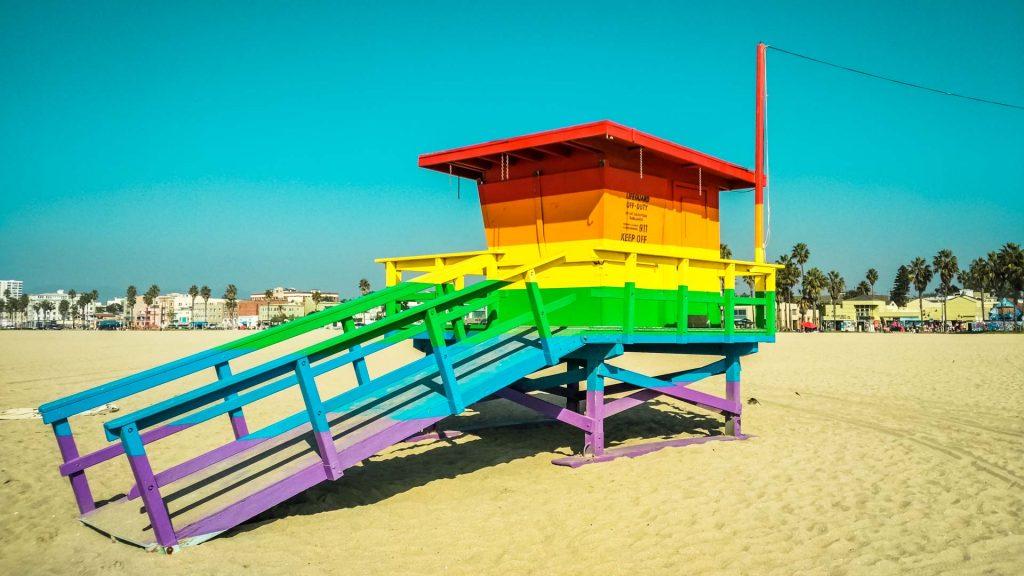 casetta di salvataggio baywatch in spiaggia molto colorata