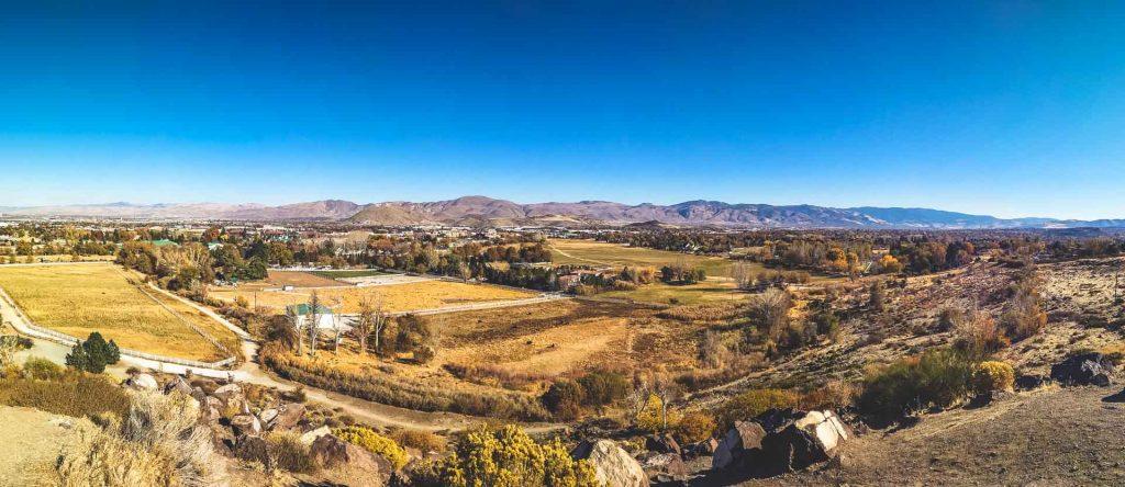 Campagne californiane paesaggio arido e campi