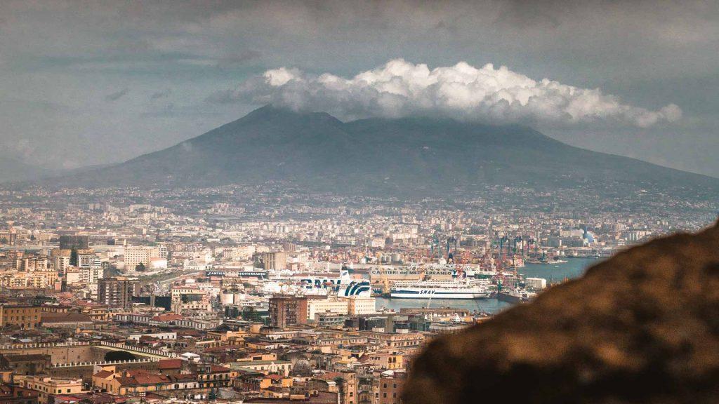 La città di Napoli con il Vesuvio da castel Sant'Elmo