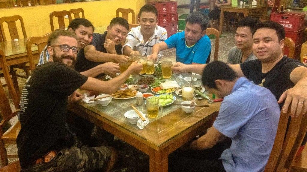 festa di compleanno con sconosciuti in Vietnam