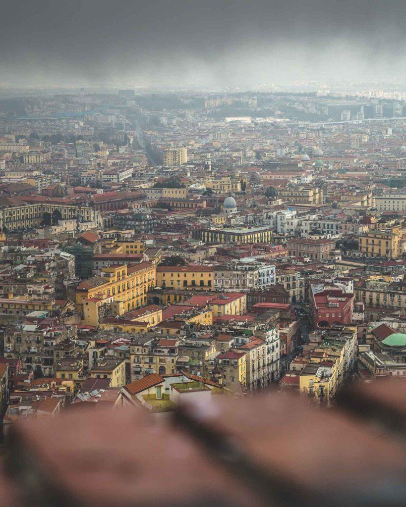 Napoli in veste invernale e piovosa dall'alto a Castel sant'Elmo