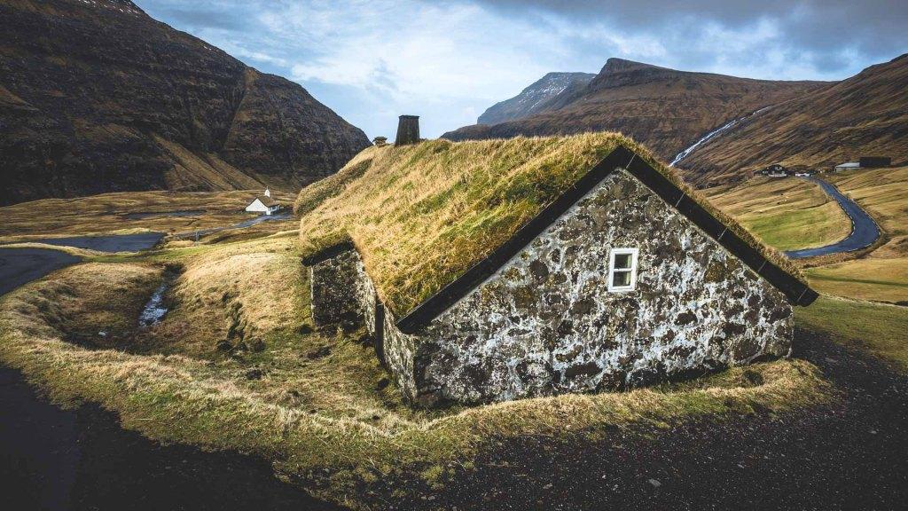Una tipica casetta con tetto di torba a Saksun isole Faroe