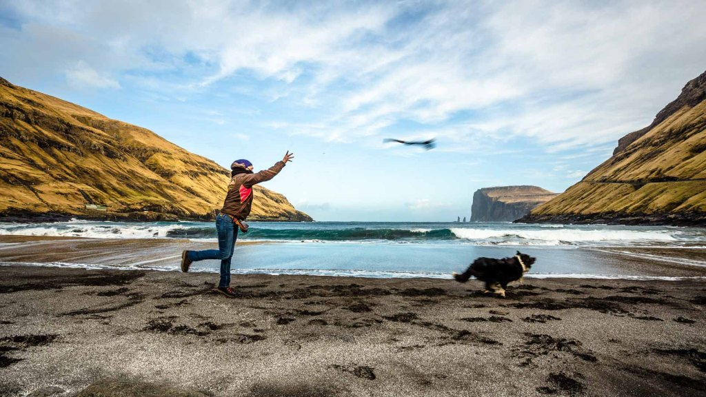 La bellissima spiaggia di Tjørnuvík isole faroe