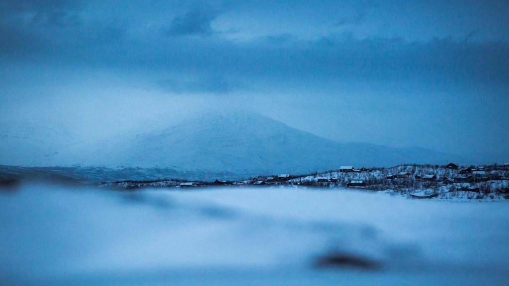 Blue hour notte polare sul lago torneträsk