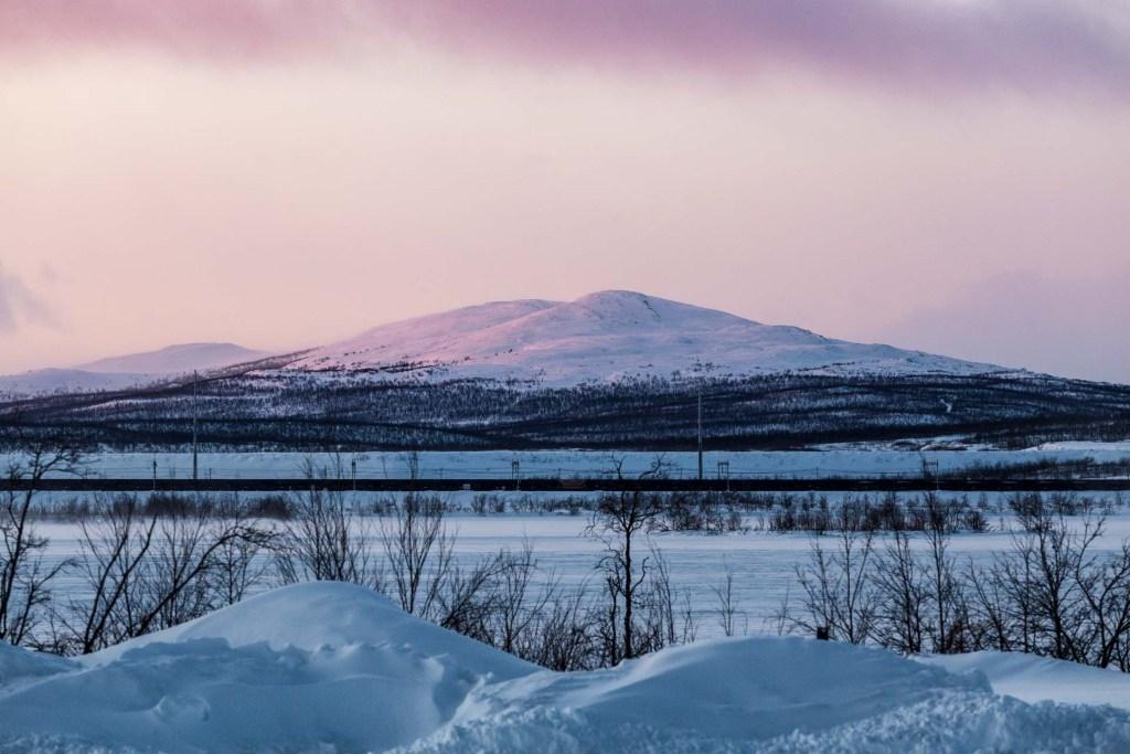 colori alla stazione di kiruna cielo viola sulla lapponia svedese