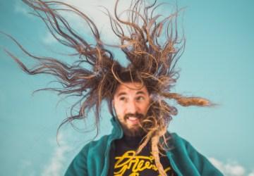 lavare i capelli senza shampoo ragazzo bei capelli al vento
