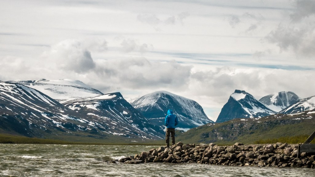 lavorare in svezia Nikkaluokta e veduta di alpi svedesi e lago