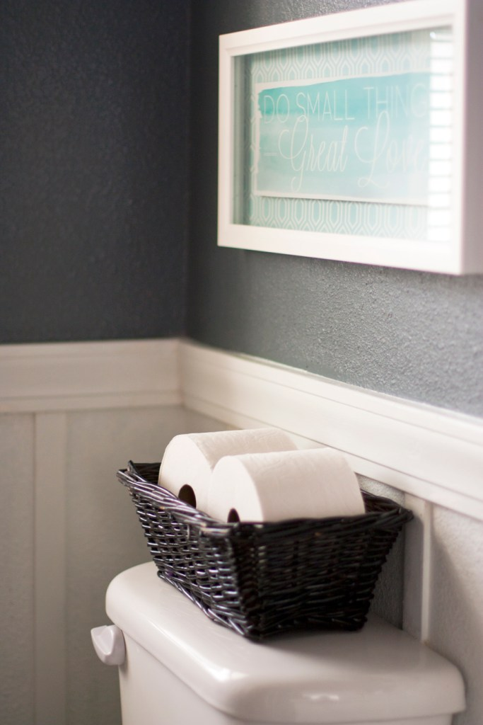 Awesome tips for creating a guest ready bathroom for upcoming holiday gatherings. Simple ideas that can make a great impression on a guest! Love the free printable checklist.