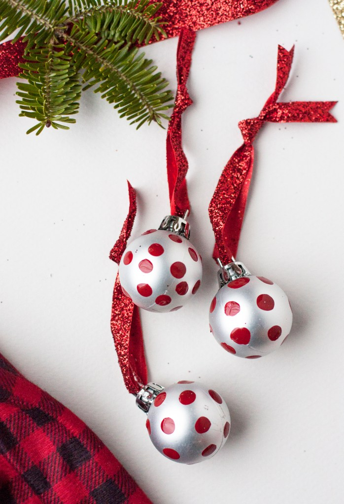 A super simple idea for painted ornaments for your Christmas tree! I love how easy and cheap these are to make. Christmas Decorations | DIY Christmas Ideas | DIY Christmas Ornaments | Handmade Ornaments | Ornament Tutorials | DIY Christmas Tree | Cheap Christmas Ornaments