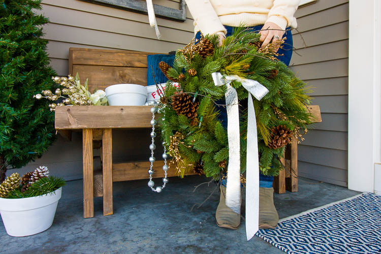 pretty-christmas-wreath-for-a-front-porch