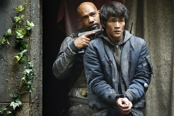 "The 100 -- ""Fallen"" -- Image HU310b_0053 -- Pictured (L-R): Michael Beach as Pike and Chris Larkin as Monty -- Credit: Bettina Strauss/The CW -- © 2016 The CW Network, LLC. All Rights Reserved"