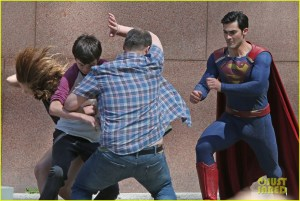 metallo - Metallo vs Superman chez Supergirl tyler hoechlin saves day on supergirl as superman filming 13